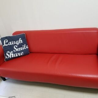合成皮の赤いソファー