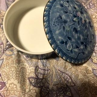 皿と小皿と容器。