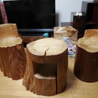 木製サイドテーブルとイス