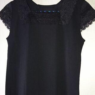 黒の半袖。