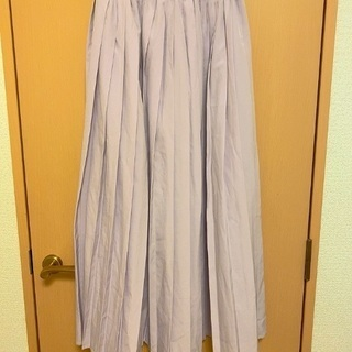ラベンダー色のプリーツスカート