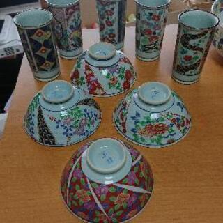 古い花柄のお茶碗4つと湯呑み5つ