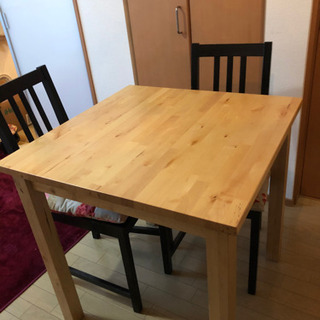 IKEAダイニングチェア2脚、テーブル1つ