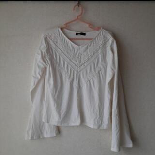白の袖口が広い長袖