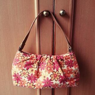可愛い花柄のバッグ