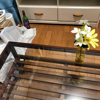 テレビ台とテーブルの画像