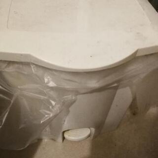 無料で差し上げます。ふたつきゴミ箱