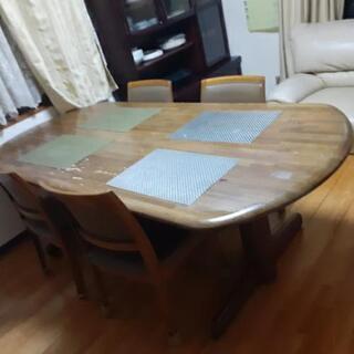 ダイニングテーブルと椅子4客