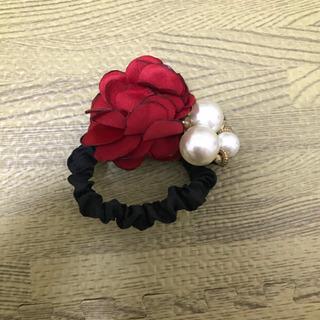 赤い花とパールのヘアゴム