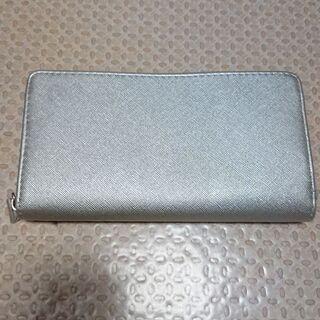 シルバー色の財布