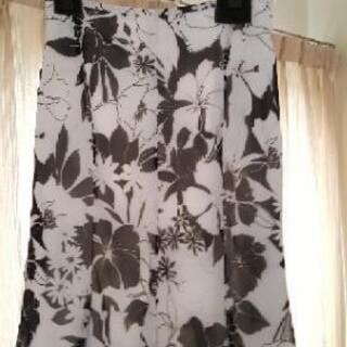 スカート(白と黒の花柄、9号)