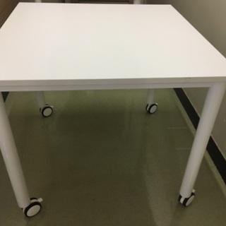 白い正方形のテーブル