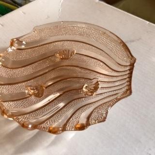 ガラスの皿 貝殻型