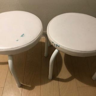 低いパイプ椅子2脚 青ペンキ付着あり