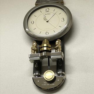 振り子付きの掛け時計