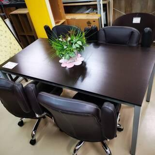 オフィス用のテーブル、引き置き付きチェア4脚のセット