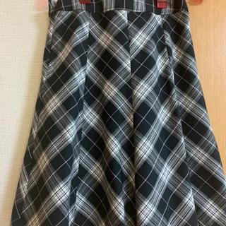 白黒チェックのフレアースカート ③