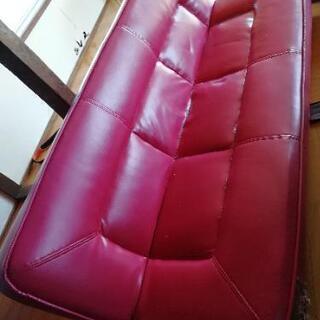 無料です。赤いソファーです