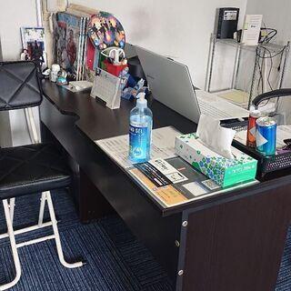 オフィス用木製デスクとデスクチェアー