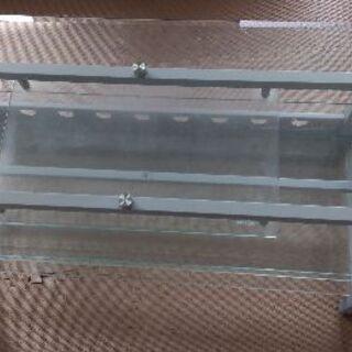 ガラス製のテレビ台です。