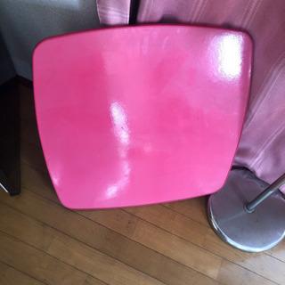 ピンクの折りたたみテーブルの画像