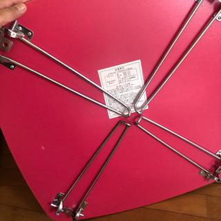 ピンクの折りたたみテーブル - 家具