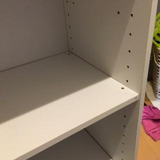 白いカラーボックス二個あり