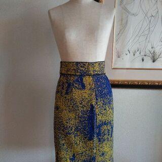 イエロー×ブルー 鮮やかなタイトスカート