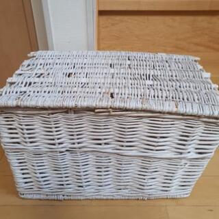 蓋付き白い籐カゴ
