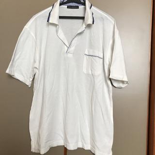 青と白のワンポイントチェック入りのポロシャツ