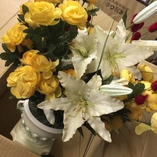華やかな造花 白い花瓶付‼️
