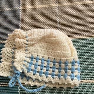 赤ちゃん用手編みのおくるみと帽子のセット