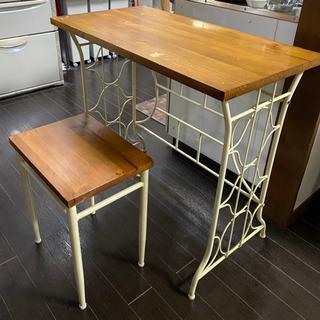 アンティーク調のテーブルと椅子のセットの画像