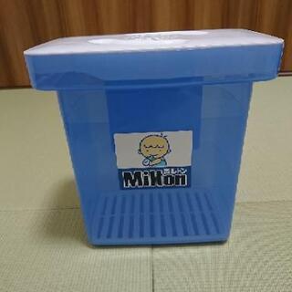 ミルトン消毒ケースと哺乳瓶3本の画像