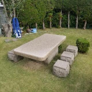 大きな石のテーブル イスのセットの画像