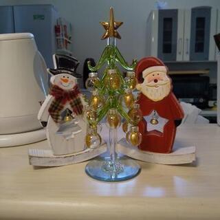 ガラスのクリスマスツリー 木のサンタと雪だるま