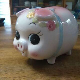 昔なつかしブタちゃんの貯金箱です。