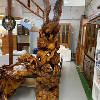 木製の鷲、龍、虎のオブジェ