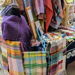 期間限定ショップにて手織り作品の販売