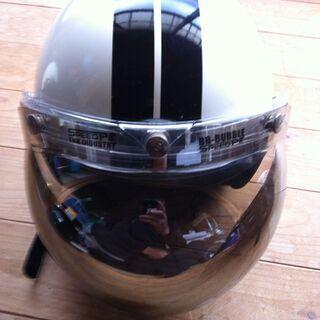 白地に黒のストライプと両サイドに星柄のミラーシールド付きヘルメット