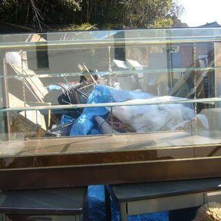 無料ガラスケース棚3段幅151,5cm足元木製譲ります