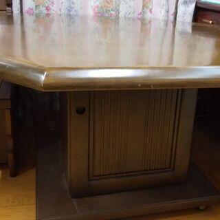 コーナータイプのテーブルと椅子のセット