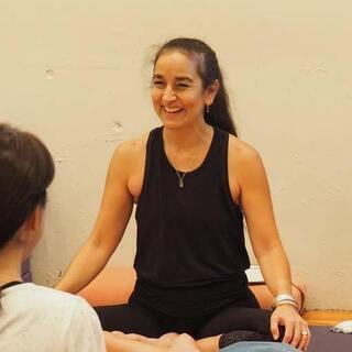 【9/6】【オンライン】キャシー・ルイーズによるヴィンヤサヨガ:90分の体験クラス - スポーツ