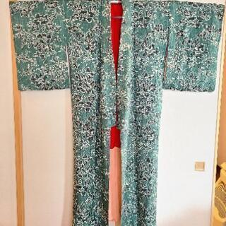 着物(深い緑色に花と葉っぱの模様)