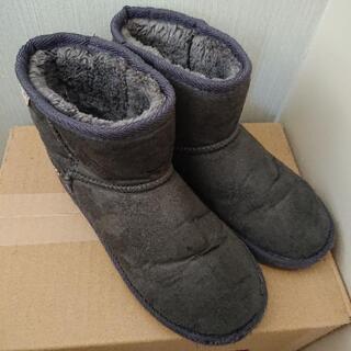 グレーのブーツ