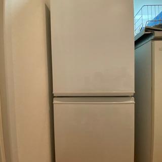 白い冷蔵庫です