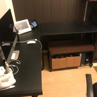 PCデスクと収納棚の画像