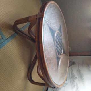 藤で編んだ様なテーブル