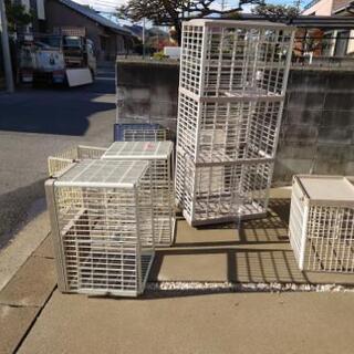 【右側】猫の錆びないプラスチック製3段キャットケージ - 家具