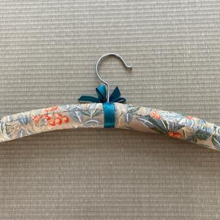 ローラアシュレイ風な布製ハンガー